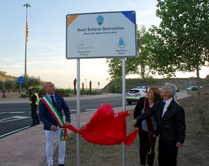 Inauguració de la placa de l'agermanament entre Sant Esteve Sesrovires amb Champniers i Miglianico