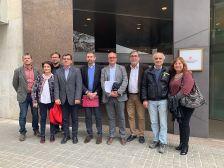 Alcaldes i regidors del Baix Nord davant la seu del Departament de Territori